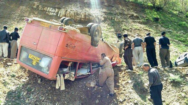 واژگونی مینی بوس 21 نفر را راهی بیمارستان کرد