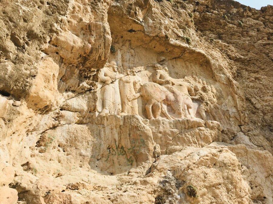 تصاویر ، وندال ها به نقش شاپور ساسانی رحم نکردند ، مخدوش کردن نقش برجسته ساسانی در داراب