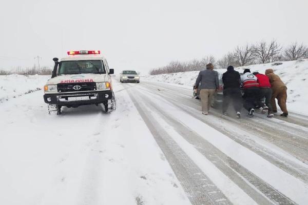 خبرنگاران راهداران آذربایجان شرقی به 400 خودرو گرفتار در کولاک امدادرسانی کردند