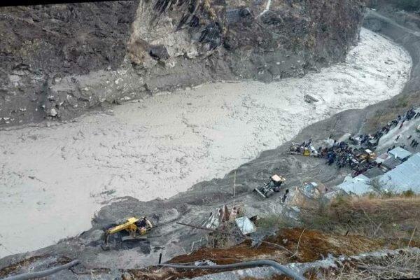 سقوط یخچال طبیعی، 140 تن مفقود شدند